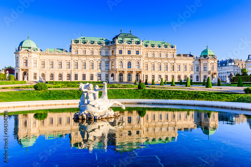 Papiers peints Vienne Vienna, Austria. Upper Belvedere Palace with reflection in the water fountain.