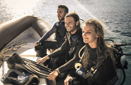 Spoed Foto op Canvas Duiken Group of scuba divers on a boat ready to dive