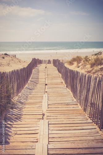 drewniane-przejscie-na-plaze-z-widokiem-na-morze