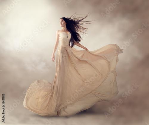 Photo Fashion model in beautiful luxury beige flowing chiffon dress