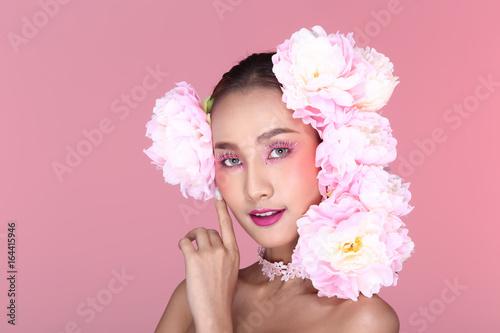 Fotobehang womenART Beautiful Sweet High Fashion Make Up Hair style decorate with white pink big flowers