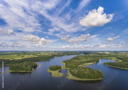 Widok z lotu ptaka zielone wyspy i chmury przy lato słonecznym dniem. Hydminy jezioro na Mazurach w Polska.