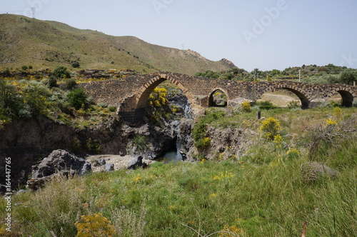 Photo Medieval bridge called Ponte dei Saraceni over Simeto river near Adrano, Sicily, Italy