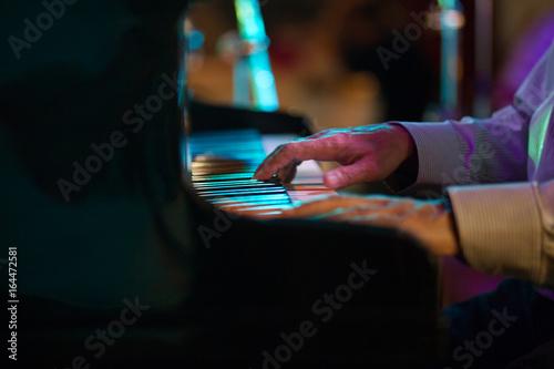Fotografía Hand of pianist in jazz cafe - telephoto