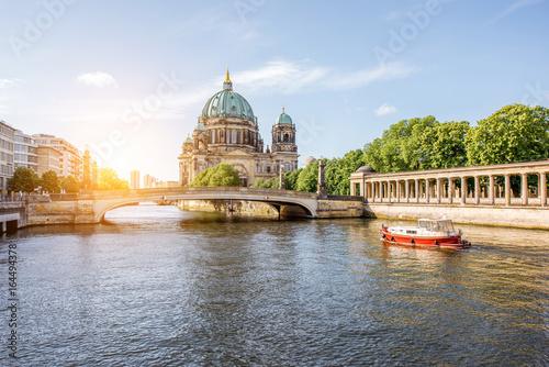 Zdjęcie XXL Widok wschód słońca nad brzegiem rzeki z budynkiem Galerii Narodowej i katedrą na Starym Mieście w Berlinie