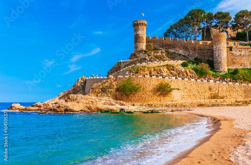 Zdjęcie XXL Morze krajobraz Badia zatoka w Tossa De Mar w Girona, Catalonia, Hiszpania blisko Barcelona. Antyczny średniowieczny kasztel z ładną piasek plażą i jasną błękitne wody. Znane miejsce turystyczne na Costa Brava
