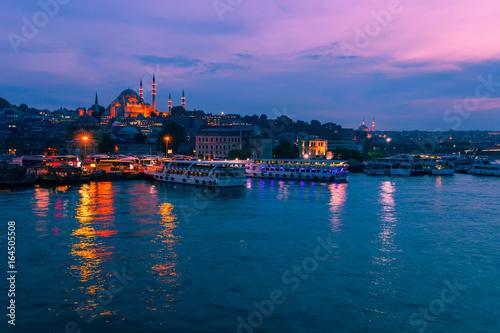 Fototapeta Krajobrazowy widok nocy miasto blisko Galata most, Istanbuł, Turcja. Panoramiczny seaview na Złotej róg zatoce w błękitnej godzinie. Słynny turystyczny i islam wschodni miejsce przeznaczenia