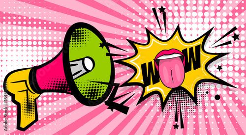 Pop art megafon kobieta uśmiech usta pokazują język, wow. Balon z komiksami. Fraza mowy Bańka. Kreskówki dziewczyny pomadki czcionki etykietki etykietki wyrażenie. Efekty dźwiękowe komiksowe. Ilustracji wektorowych.