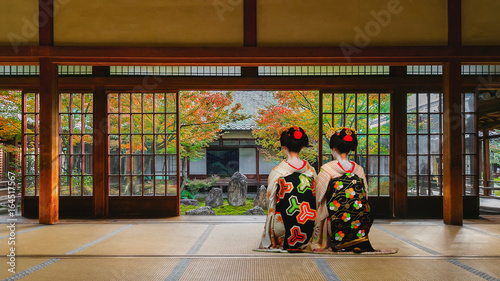 Poster Kyoto Japanese Geisha Look at a Small Rock Garden at Kennin-ji Temple in Colorful Autumn