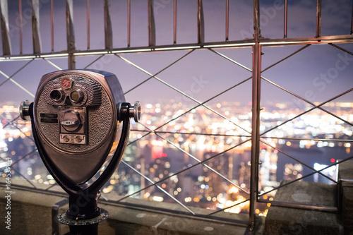 Binoculars on top of Empire State Building at Night in Manhattan, New York Fototapet