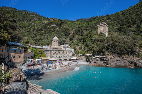 Photographie  SAN FRUTTUSO DI CAMOGLI, ITALY, MAY, 4, 2016 - San Fruttuoso di Camogli, Ligurian coast, Genoa province, with its ancient Abbaey, the beach and tourists