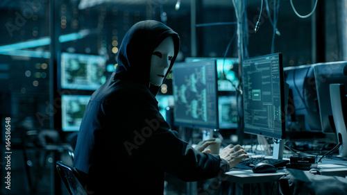 Fotografía  Masked Hacktivist Organizes Massive Data Breach Attack on Corporate Servers