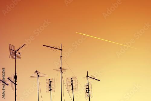 Canvas Skyline urbano con silhouette di antenne