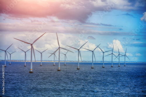 Fotografia  Shot of row of floating wind turbines