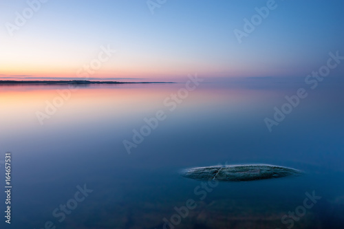 Fotografía  Tranquil minimalist landscape with rock in calm water