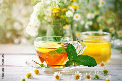 zdrowa-filizanka-herbaty-sloik-miodu-i-kwiaty