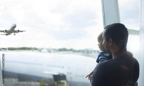 Plakat Ojciec i syn na lotnisku