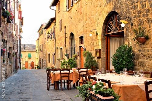 Foto  vecchio vicolo nel borgo medievale di San Donato in Poggio, Tavarnelle Val di Pe