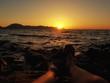 Guardare il tramonto al mare é meraviglioso.
