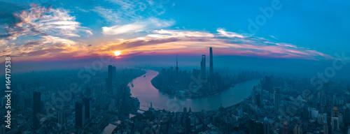 Plakat Panorama zmierzch z Szanghaj miasta widokiem.