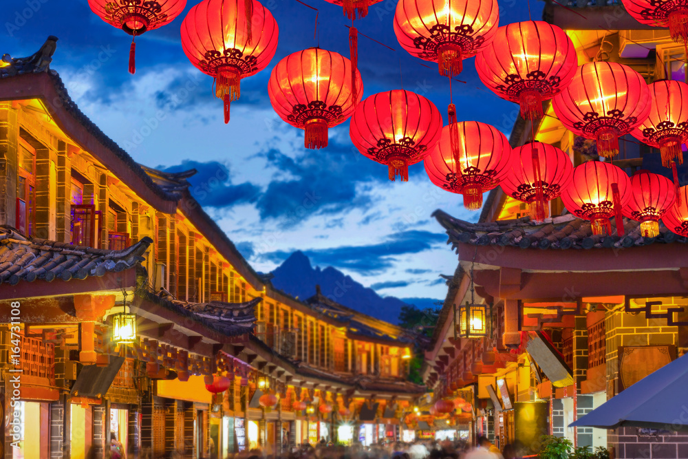 Fototapeta Lijiang old town in the evening with crowed tourist.