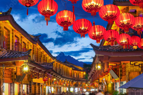 Poster China Lijiang old town in the evening with crowed tourist.