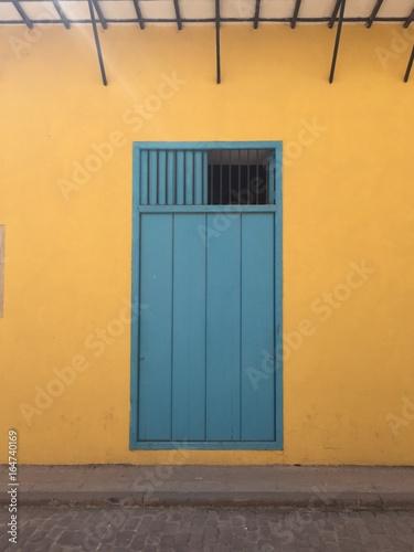 Foto op Aluminium Havana Colorful door in Havana