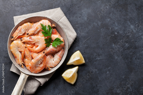 Poster Coquillage Fresh seafood on stone table. Shrimps