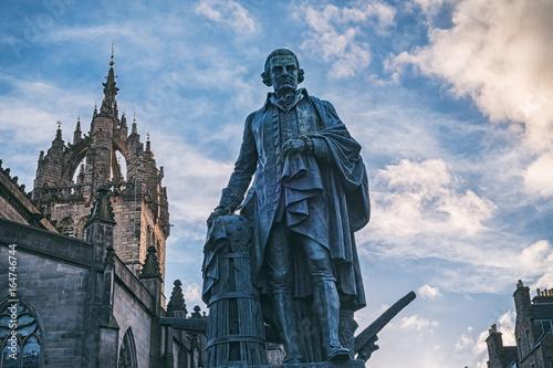 Foto Das Monument von Adam Smith auf der königlichen Meile und die Apsis der St