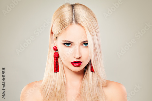 Photo Beautiful Blondie Woman Fashion Model with Blonde Hair, Red Lips Makeup and Red