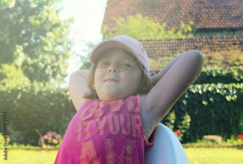 Photo  Petite fille aux bras derrière la tête