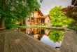 canvas print picture - Traumhaftes Holzhaus mit natürlich gestalteten Garten