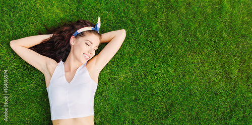 Photo  Beautiful young woman lies on the grass