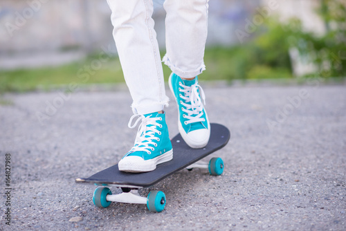 Photo Beautiful beautiful girl rides on highway on Longboard scenic street