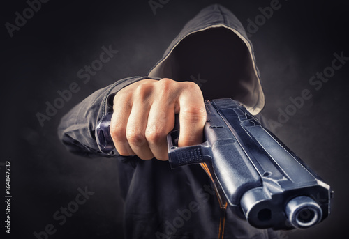 Fotografía  faceless man with a pistol