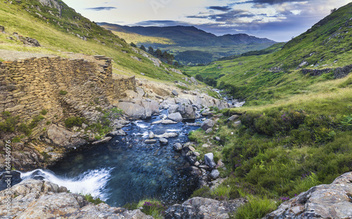 Foto auf Gartenposter Hugel Scenic Mountain Creek Waterfall in Snowdonia National Park