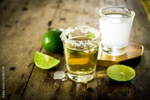 meksykanska-zlota-tequila-i-sok-z-limonki-na-drewnianym-stole