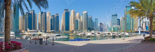 Fototapeta Dubai - The promenade of Marina with the yachts