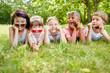 Kinder als Freunde zeigen Coolness
