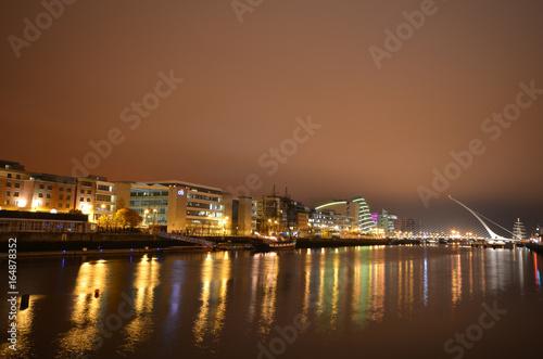 Zdjęcie XXL Centrum miasta Dublin, Irlandia z rzeką Liffey