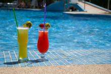 Kühle Cocktails Am Pool Im Sp...