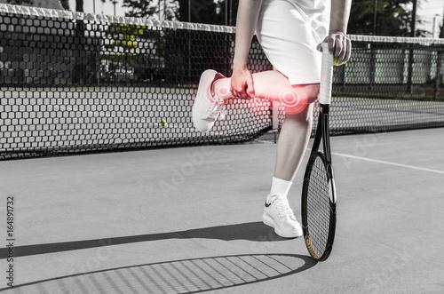 Plakat Kobieta tenisistka (bez twarzy) zraniła nogę (kostkę, kolano) podczas meczu / treningu