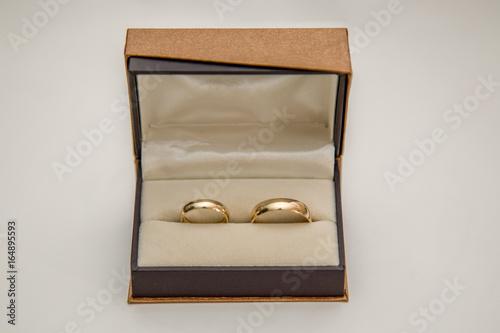 Złote obrączki w eleganckim pudełku Canvas Print