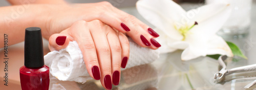 Photo sur Aluminium Manicure Manicure concept. Beautiful woman's hands with perfect manicure at beauty salon.