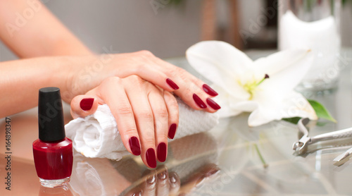 Photo sur Toile Manicure Manicure concept. Beautiful woman's hands with perfect manicure at beauty salon.