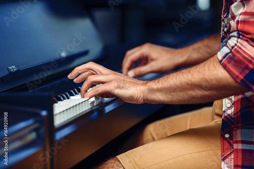 Spoed Foto op Canvas Muziekwinkel Man is playing piano
