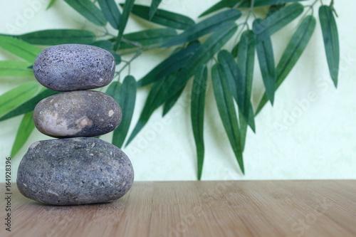 Recess Fitting Zen Des galets décoratif empilés à la façon zen sur une planche de bois bamboo sur fond vert