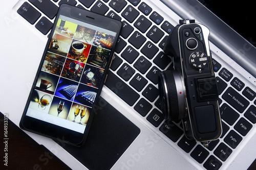 Zdjęcie XXL Smartphone, cyfrowa kamera lustrzana i laptop