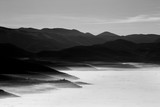 Morze mgły z kilkoma warstwowymi, bliskimi i odległymi górami i wzgórzami, a niektóre miasta wyłaniają się z mgły - 164945946