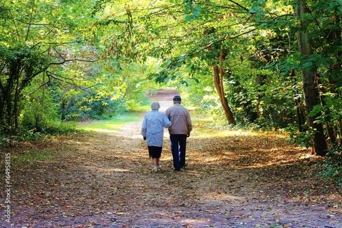 Vieux amoureux dans la forêt Canvas Print